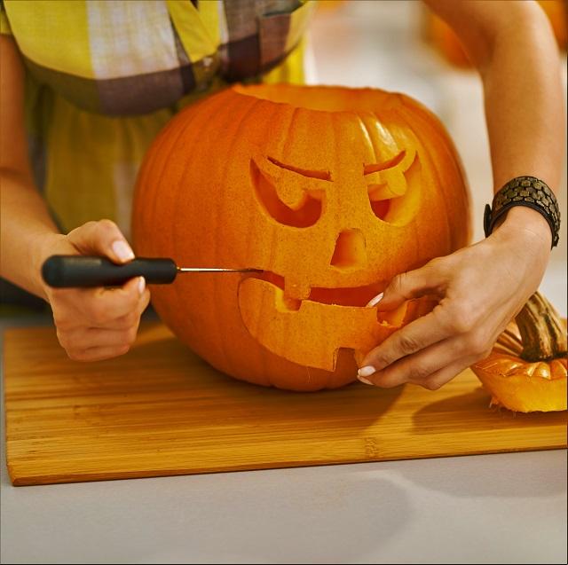 woman-carves-pumpkin-jackolatern-halloween-carving-pumpkin-carver